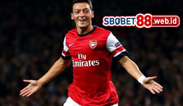 Ozil Curhat Bakal Memperpanjang Masalah dengan Arsenal